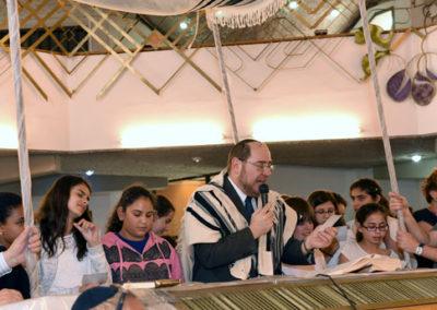 Young Bat Mitzvot recite Shema.
