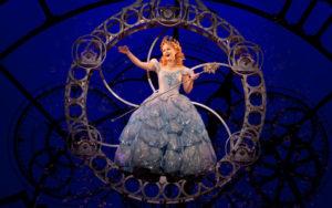 Amanda-Jane-Cooper-as-Glinda---photo-by-Joan-Marcus